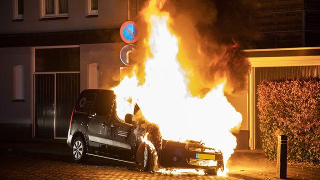 Metershoge vlammen bij autobrand bedrijfsbus Santpoort
