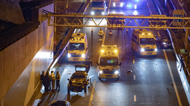 A9 richting Beverwijk afgesloten na ongeluk bij Wijkertunnel